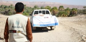 MedGlobal volunteer in Yemen distributing Food Baskets